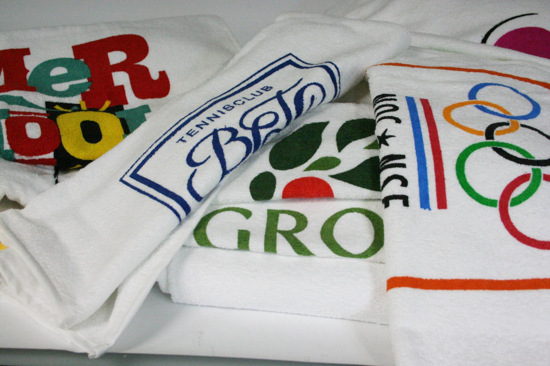 0d4df743f99 De echte handdoeken, badlakens en strandlakens zijn van badstof van 100%  katoen (dus geen polyester/katoen). Aangezien de katoenen lussen van de  badstof ...